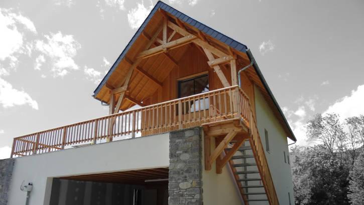 bardage bois avec enduit et pierre sur maison ossature bois montagne 2
