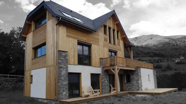 bardage bois avec enduit et pierre sur maison ossature bois montagne