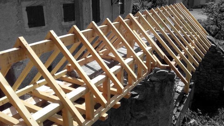 Petite charpente bois pour protection d'un vieux mur en pierre